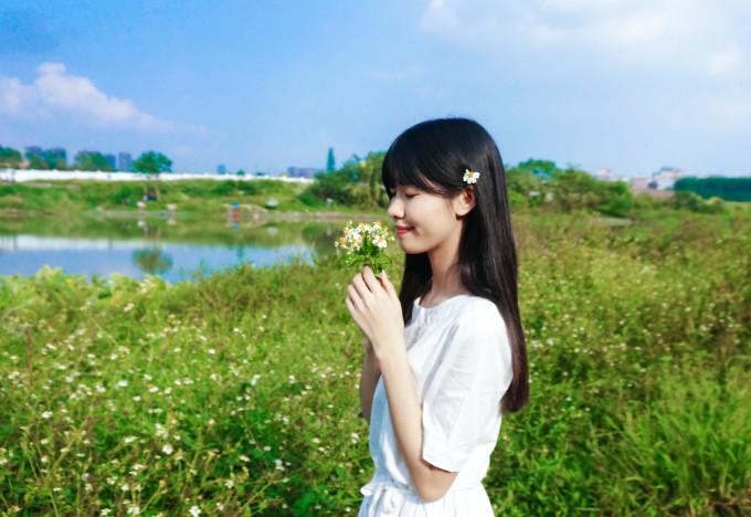清新湖边风景美女图片