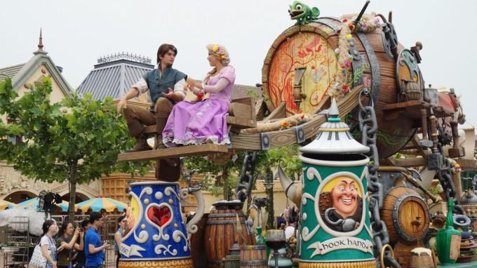 据迪士尼说,疯狂动物城的元素原本是不在花车巡游中的,但是该片在