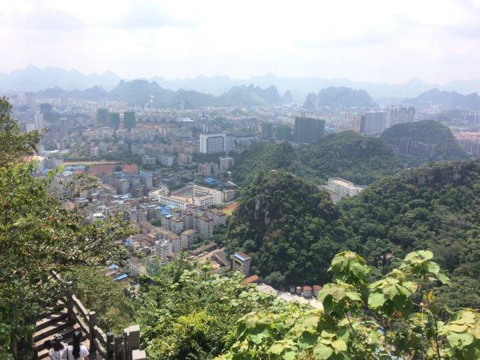 位于广西柳州市柳江南岸的市中心,与鱼峰山东西呼应,是柳州市中心区的