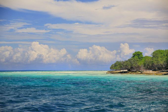 每当潮水涨起来的时候,海水淹没了白沙滩,露在水面上的是白色,淡蓝色