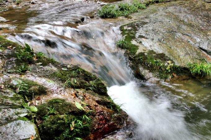 百丈崖风景区的溪流和飞瀑,带着挥不去的清凉,是夏天里最佳的消夏好